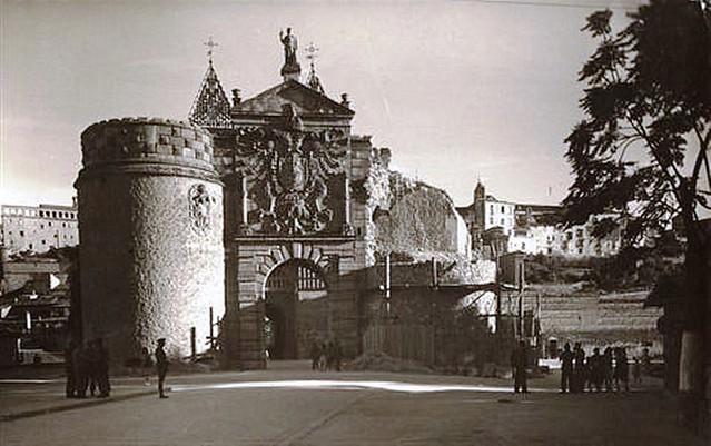 Puerta de Bisagra con el torreón derruido en 1946. Postal. Cortesía de Javier Felage