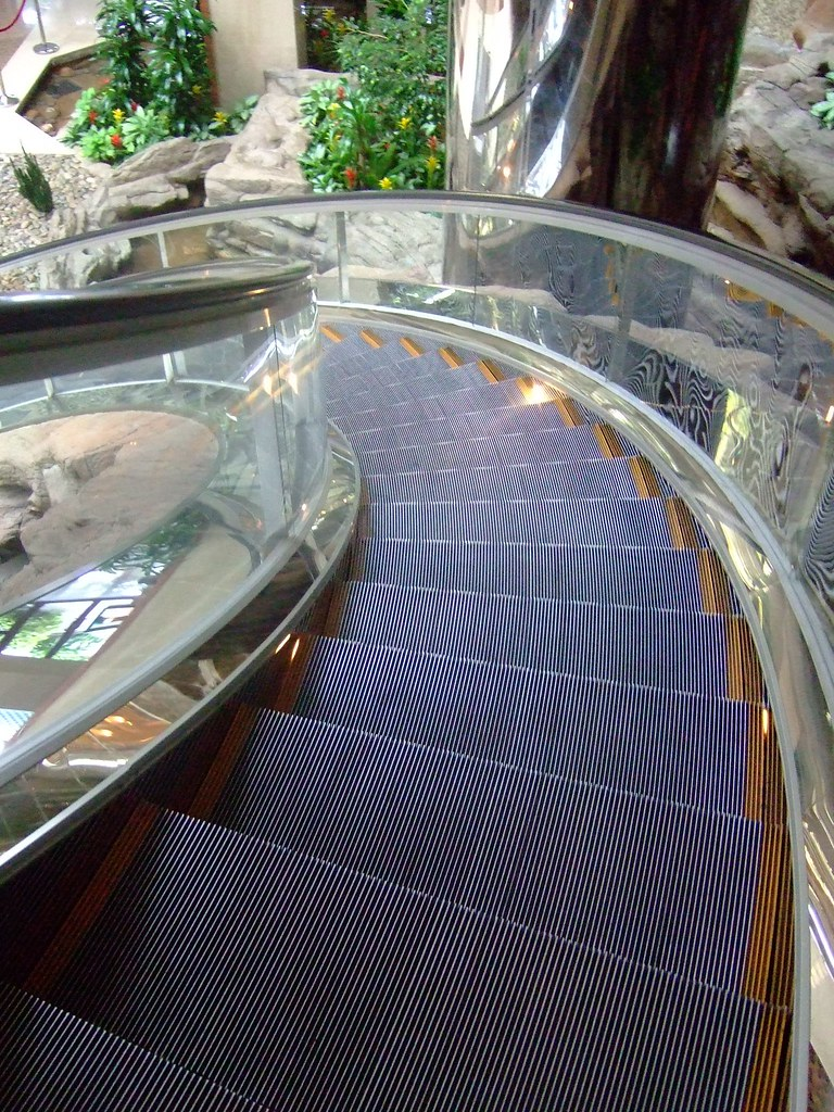Curving escalator