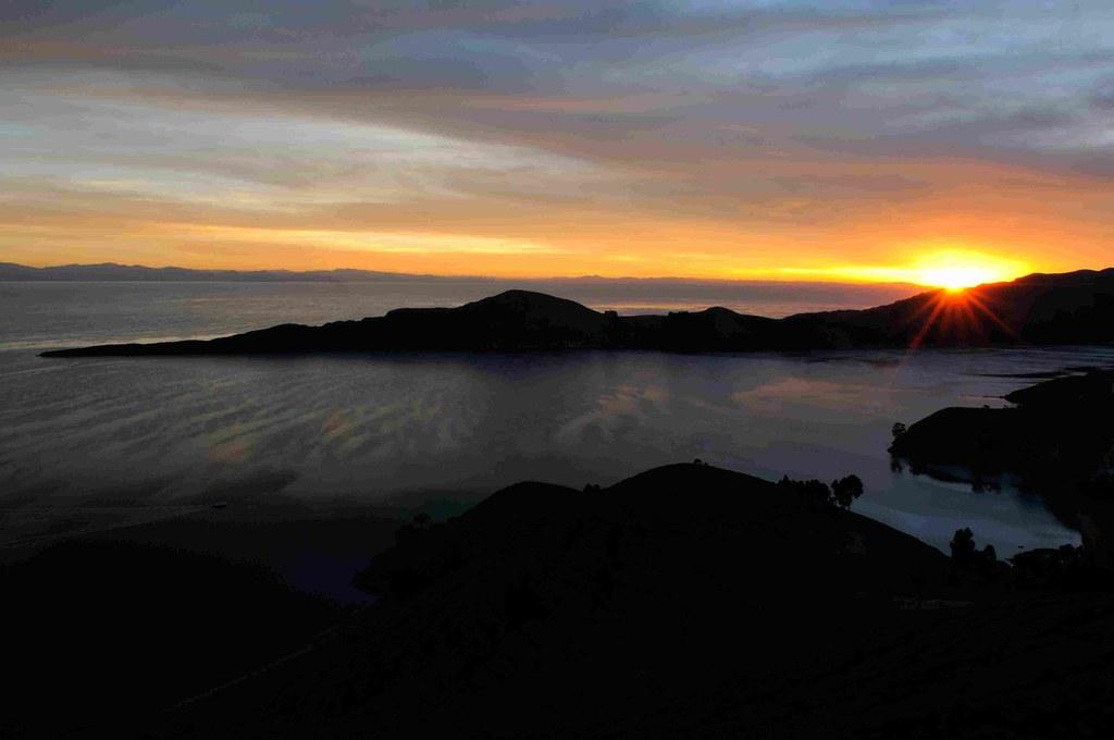 Lago titicaca en peru y bolivia como el segundo de los chakras de la tierra