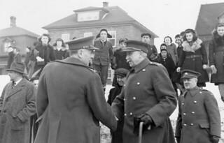 Brigadier Georges P. Vanier greeting General McNaughton on his return to Canada in 1942 / Le brigadier Georges P. Vanier accueille le général McNaughton lors de son retour au Canada en 1942