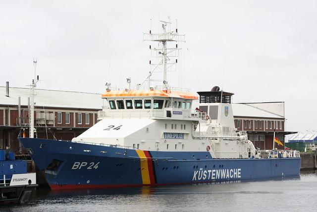 Bundespolizei: Einsatzschiff BP 24 BAD BRAMSTEDT am Liegeplatz im Neuen Fischereihafen Cuxhaven