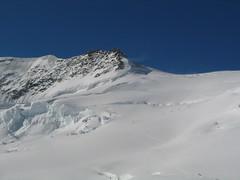 Z vyhlídkové terasy se jeví cesta k vrcholu jako kratší túra. Opak je pravdou.
