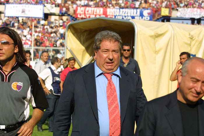 Luciano Gaucci durante l'intervallo di Catania-Taranto 2002...