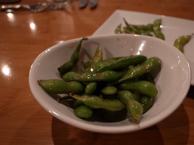 <p>テーブルに着くとすぐに出されたのが枝豆。<br /> 茹でたてで光ってるのかと思いきや、セサミオイルで和えてありました。<br /> こんなの初めて!</p>