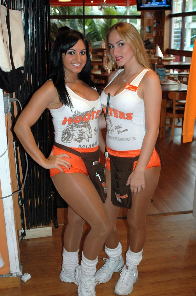 hooters-managers-fucks-girls-clitoris-large-woman