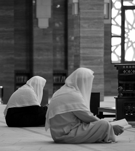 Praying men @ Al Fateh Grand Mosque (II) | by manuela.martin