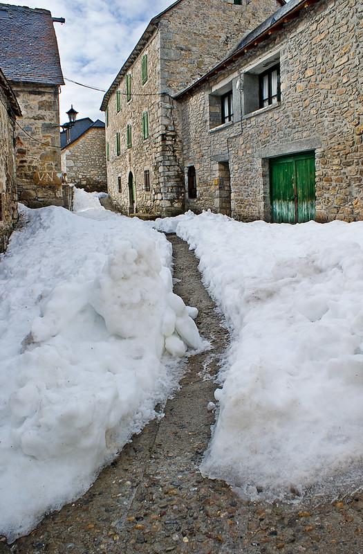 Caminito entre la nieve / Path in the snow