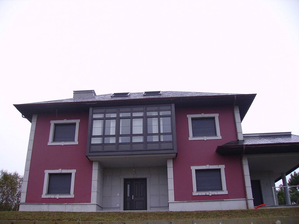 Casa En El Espin Navia Fachada Color Vino Con Aleros Negr