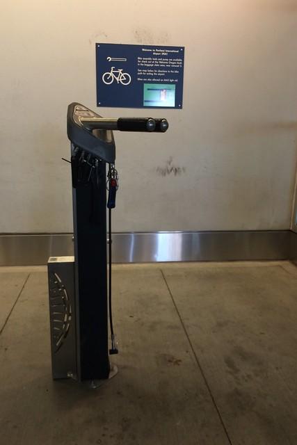 木, 2015-07-16 19:03 - ポートランド空港の自転車組立コーナー