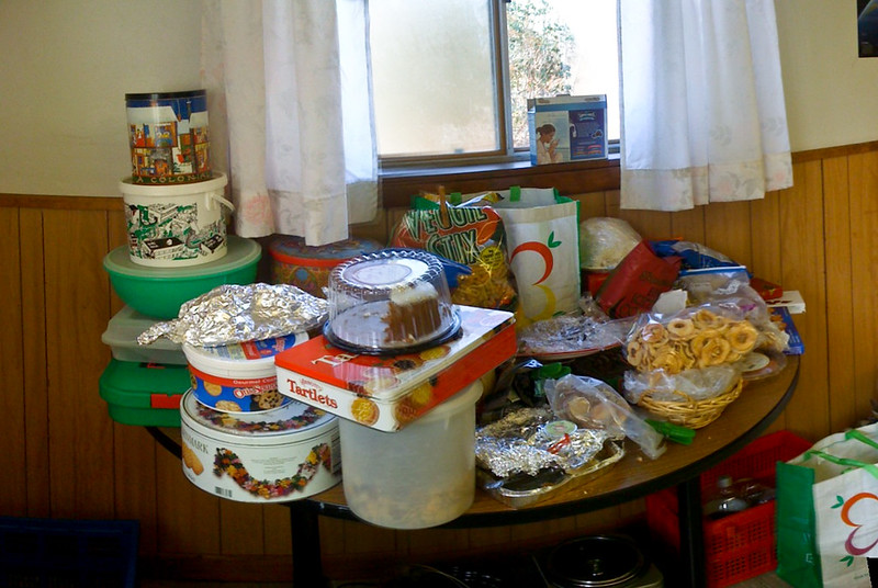 table recouverte de sucreries en tout genre