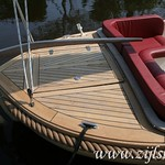 Beneath the aft cover are the batteries, while the engine is fully submerged, making it even more quiet. The teak helm is removable (anti-theft).
