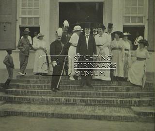 groepsportret op stoep gebouw Koloniale Staten | by Stichting Surinaams Museum