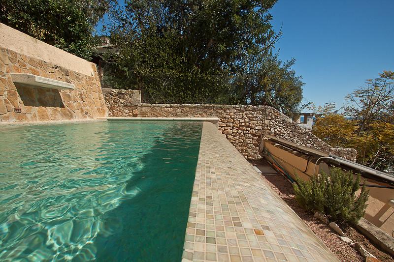 Detalle gresite color crema piscina desbordante con for Detalle constructivo piscina desbordante