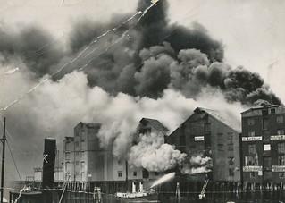 Albert E. Olsens brygge brenner / Albert E. Olsen Quay on Fire (1936)