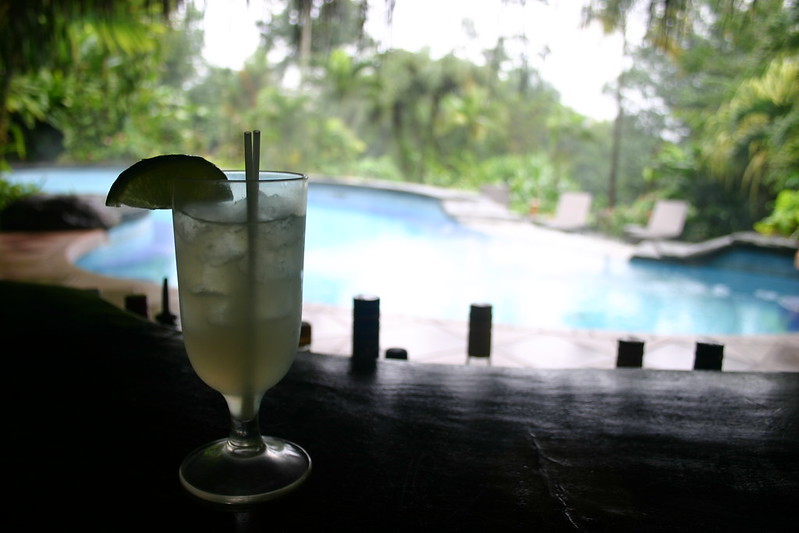 Cacique Sour an der Poolbar, Lost Iguana, Arenal