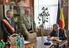 Innenminister Gall trägt sich ins Goldene Buch der Gemeinde ein.