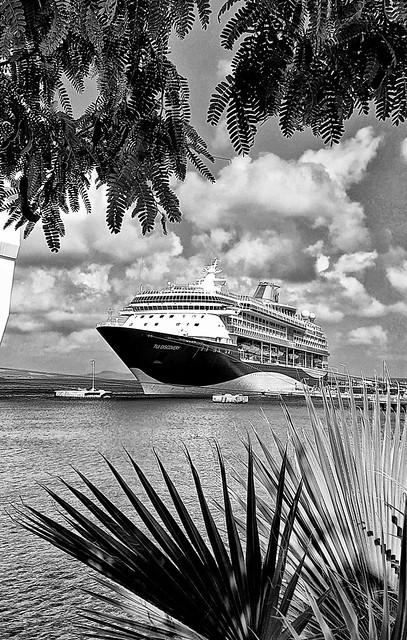 Tui Discovery in Bonaire Harbor