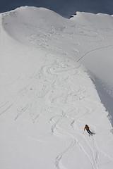 Sněhové podpisy pěti dobrodruhů.