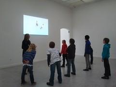 klassen van de lagere school kunnen de tentoonstelling Frederic Geurts (un)balanced bezoeken met een interactieve rondleiding. ze leren over evenwicht, zwaartekracht ...  vragen, suggesties of opmerkingen, mail naar info@z33.be