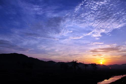 morning blue sky sun color silhouette clouds sunrise landscape nikon shine kitlens temperature rise johor bahru kelvins d90 bandarnusajaya tujuhjiwa