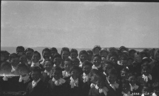 Residential school children at Roman Catholic mission, Fort Resolution, Northwest Territories / Écoliers du pensionnat de la mission catholique romaine, Fort Resolution (Territoires du Nord-Ouest)
