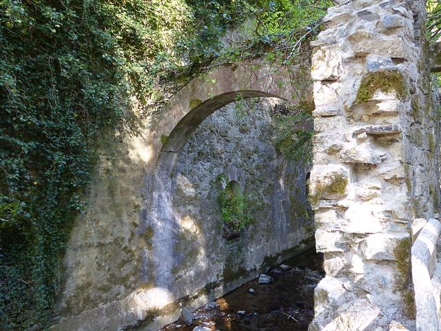 Eugi, Navarre, Espagne: ruines de la Manufacture Royale d'Armes. Et au milieu coule l'Arga.