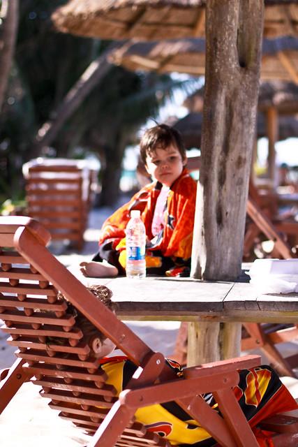 Manu sur la table, Axel déprimé dans une chaise