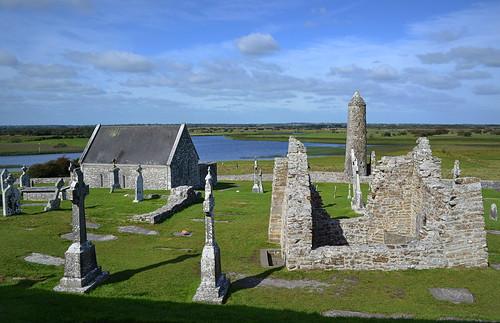 ireland irish ruins clonmacnoise headstones offaly monasticsite templeconnor templeciarán templefinghín mccarthystower roundower
