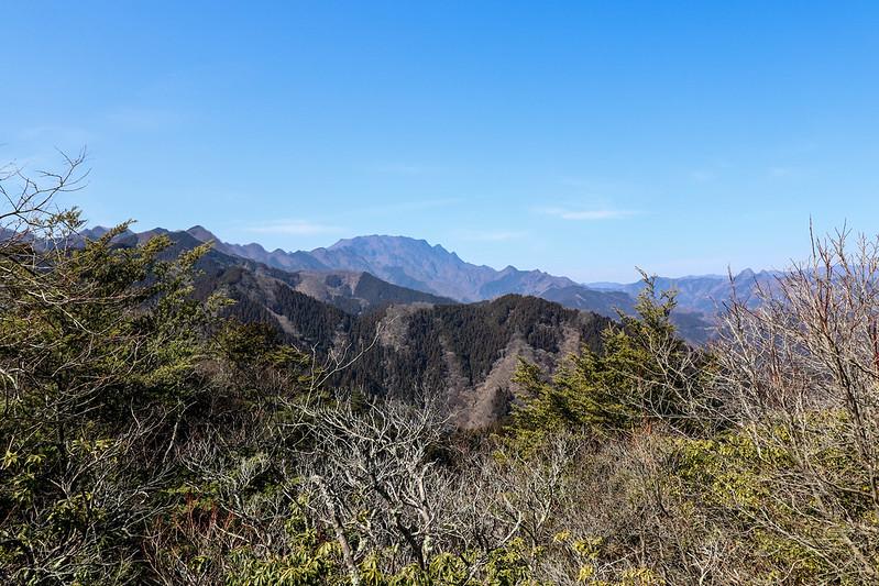 四阿屋山の山頂から両神山