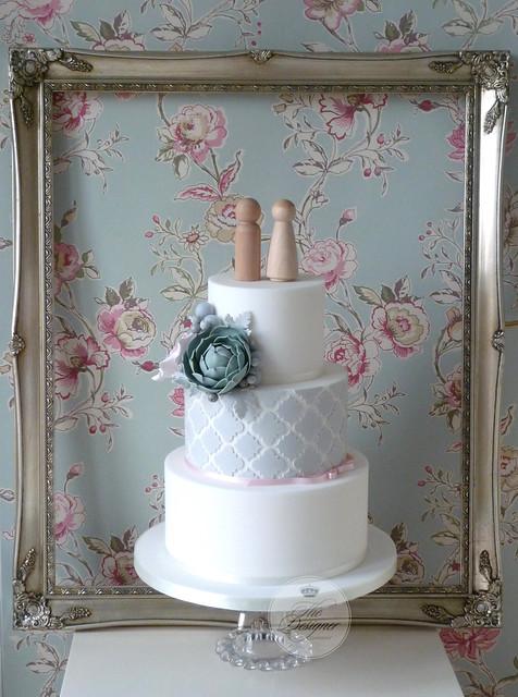 Quatrefoil pattern wedding cake