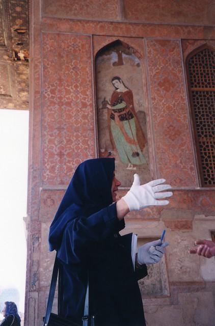 Iran - Isfahan - Palais Ali Qâpu - visitor's guide (iranian woman )