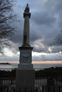 Monument aux morts au soleil couchant