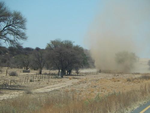 Tussen Windhoek en Weavers Rock - zandtornado