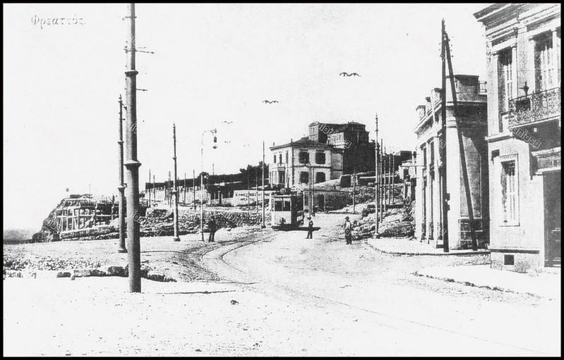 """Φρεαττύδα: Στο βάθος η έπαυλη Σκουλούδη. Πιο πάνω από το σπίτι του Φακιολά ήταν η αφετηρία του τραμ, της γραμμής Νο 19. Από το βιβλίο του Ιακώβου Γ. Βαγιάκη """"Αναζητώντας το χθες του Πειραιώς""""."""