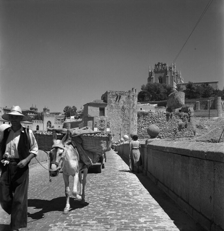Arriero en el Puente de San Martín de Toledo en los años 50. Fotografía de Nicolás Muller  © Archivo Regional de la Comunidad de Madrid, fondo fotográfico