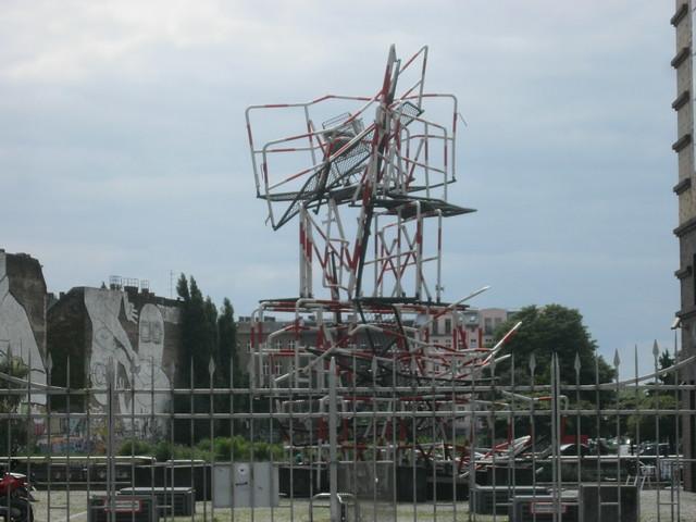 1987 Berlin-W. Skulptur 13.4.1981 (Randale-Denkmal) von Olaf Metzel Stralauer Allee 1-2 in 10245 Friedrichshain
