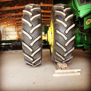 Three points to a non-farmer who can tell me what's going on here and why. @breslinfarms #johndeere #duals #spring | by cheeses