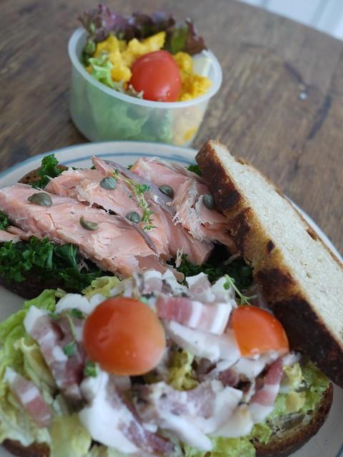 金, 2014-01-24 08:41 - サンドイッチ(ケールとベークドスモークサーモン、レタスとパンチェッタとトマト)、かぼちゃのサラダ