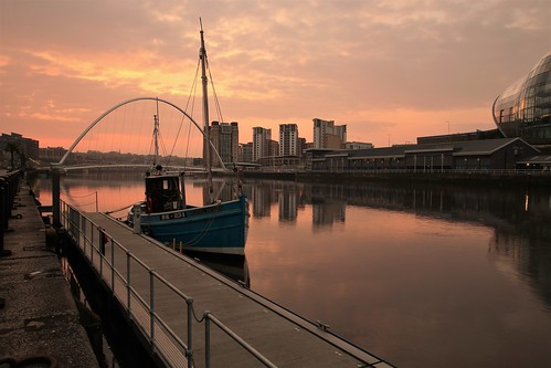 racheldouglas fishingboats 2017 rivertyne dawn sunrise morning gateshead newcastleupontyne tynewear thesage gatesheadmillenniumbridge reflections april spring flats railings glow ngc