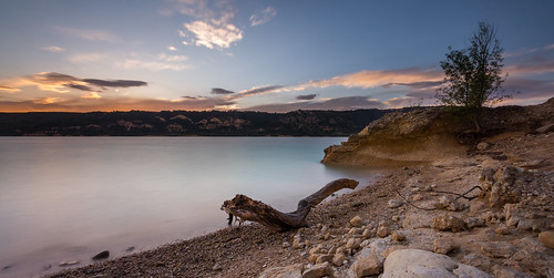 lake sunset water sun stone wood clouds blue sunny provence var france hdr long exposure langzeitbelchtung see sonnenuntergang wasser sonne wolken baum ast blau sonnig sommer