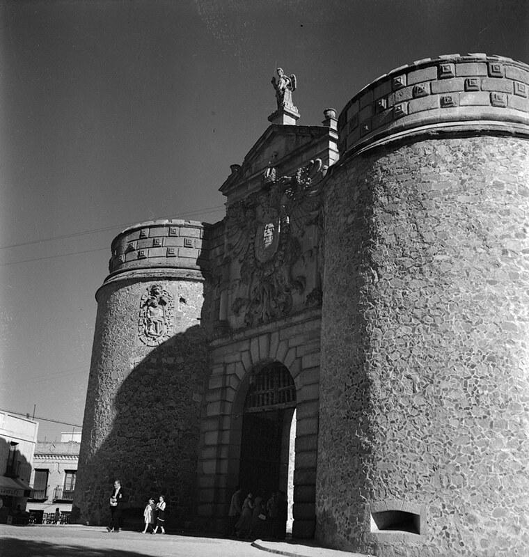 Puerta de Bisagra de Toledo en los años 50. Fotografía de Nicolás Muller  © Archivo Regional de la Comunidad de Madrid, fondo fotográfico