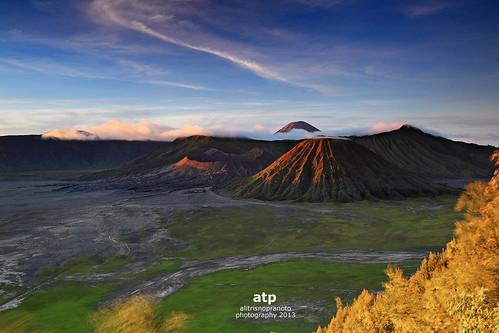morning light mountain sunrise indonesia landscape path nopeople clearsky bromo firstlight mtbromo eastjava alitrisnopranoto gunungbromojawatimur