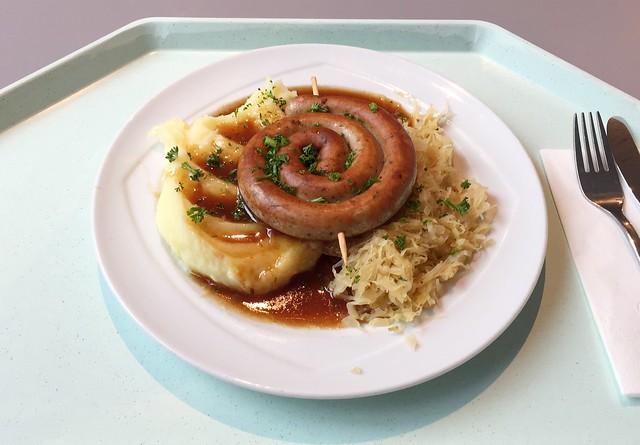 Fried sausage with sauerkraut, gravy & mashed potatoes / Bratwurstschnecke mit Weinsauerkraut, Bratensauce & Kartoffelpüree