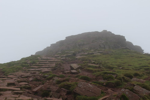 Path towards the summit of Corn Du | by pluralzed