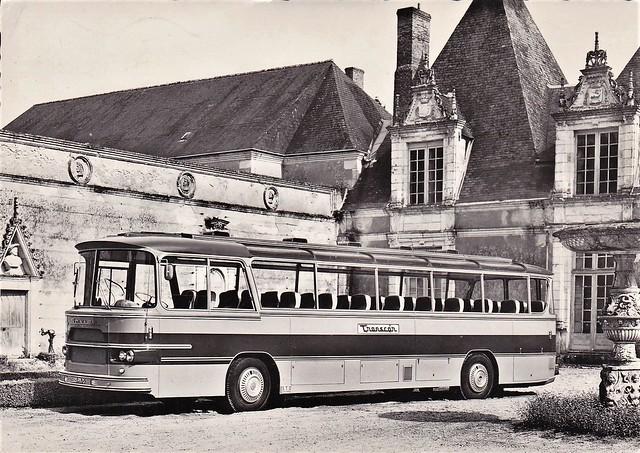 Postcard Saviem SC1 Carrosserie Gangloff Voyages Transcar ''En visite à Villesavin'' - Tour en Sologne (41 Loir et Cher)