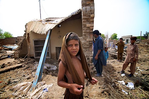 desktop pakistan portrait people news weather river day child action outdoor refugees group mother vice aid disaster environment punjab climate floods indus fullbody