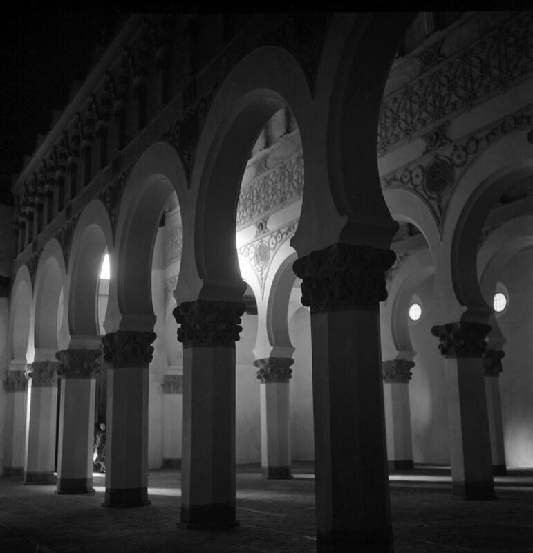 Sinagoga de santa María la Blanca en los años 50. Fotografía de Nicolás Muller  © Archivo Regional de la Comunidad de Madrid, fondo fotográfico