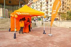 Stand de Adamo situado en la plaza de San Pelayo para informar a la ciudadanía de los precios de la fibra óptica.