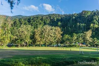 Locales jugando futbol