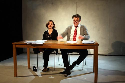 Publiken ser Melissa och Andrew i helfigur.